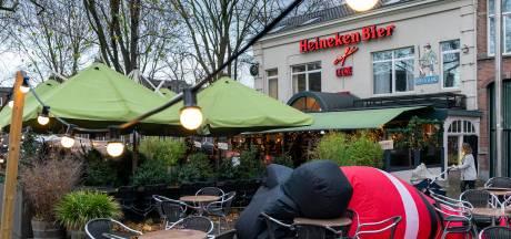 Waarom café de Unie moet stoppen met verkoop van kerstbomen op het terras: 'Binnen mag het wel'