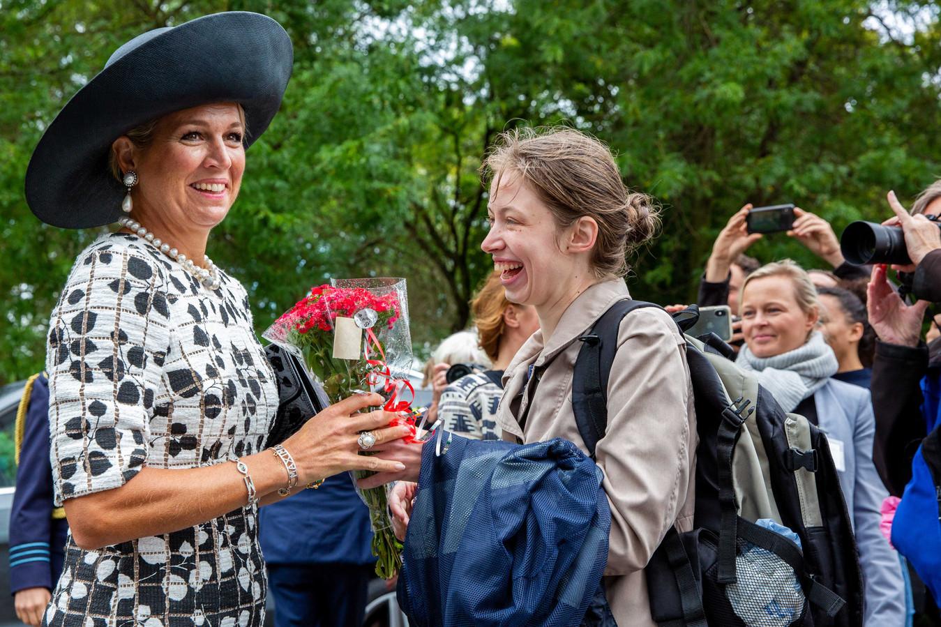 Koningin Máxima vertrekt na afloop van het bezoek aan de kindertelefoon.
