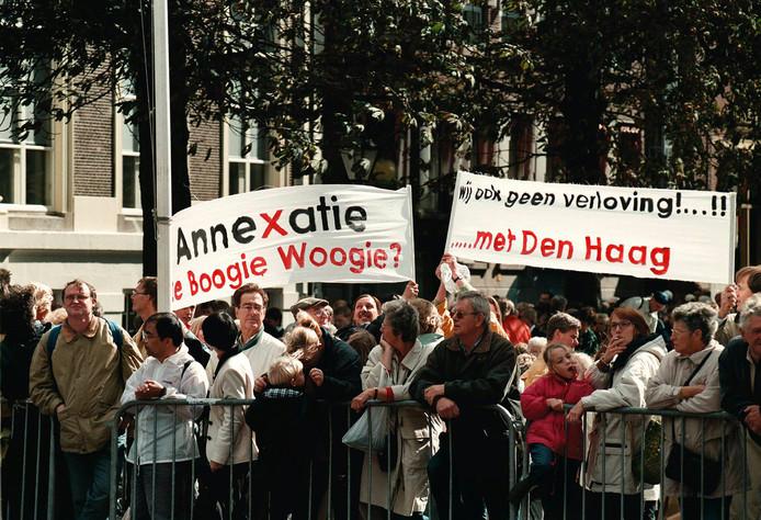 In 1998 werd er massaal gedemonstreerd door inwoners van randgemeenten van Den Haag, die vreesden voor expansiedrift van de hofstad.