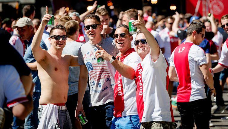 Ajax-fans warmen op voor de finale tegen Manchester United. Beeld anp