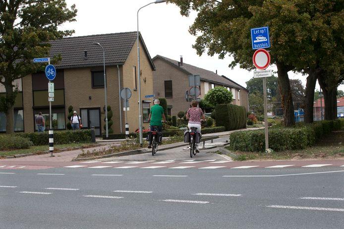 Fietsers passeren bijna de bussluis in Babberich.