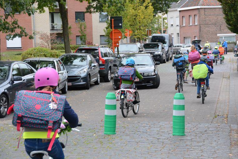 De fietsende scholieren hebben meer plaats op de weg, maar het blijft uitijken voor wagens die aan de paaltjes in de Sint-Elisabethstraat rechtsomkeer moeten maken.