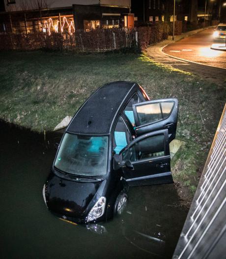 Automobiliste mist bocht en rijdt sloot in