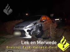 Man (21) kruipt met drank op achter stuur en botst tegen geparkeerde auto in Streefkerk