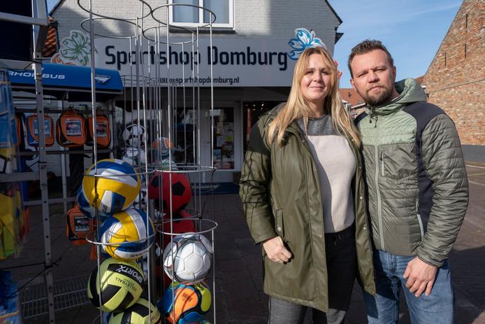 Patrick en Kitty Sins voor hun winkel in Domburg.