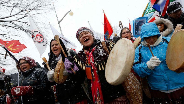 Canadese First Nations protesteren voor het regeringsgebouw in Ottawa. Beeld REUTERS