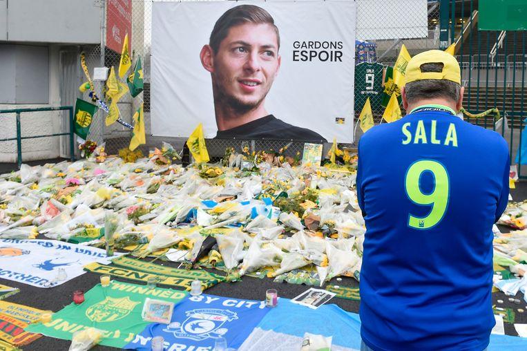 Een fan bij de herdenkingsplaats die voor de Argentijnse aanvaller Emiliano Sala is ingericht voor het stadion van FC Nantes. Beeld AFP