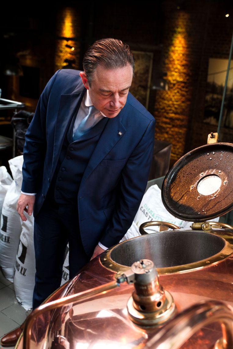 Burgemeester Bart De Wever doet een eerste moutstorting voor het brouwen van het 'Gilbert-bier' tijdens een kort bezoek in 't Pakhuis.