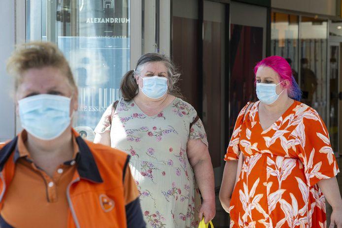Een PostNL-bezorger draagt een mondkapje tijdens haar ronde.