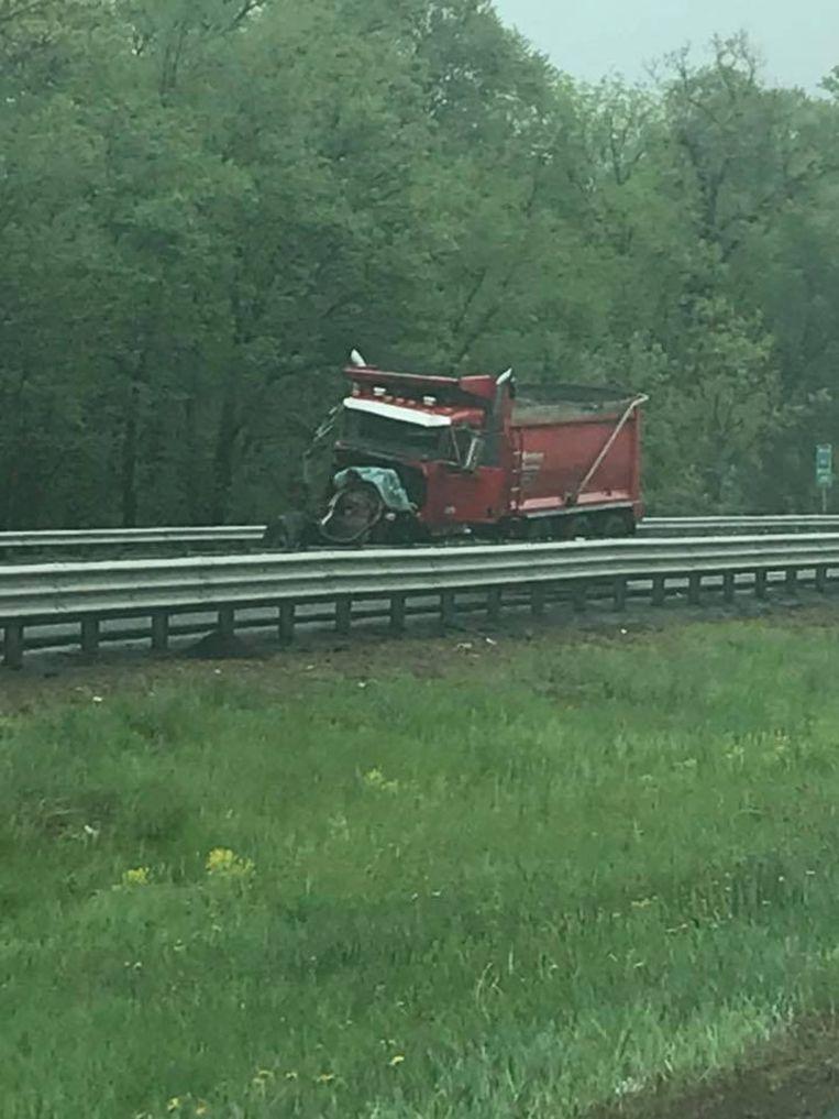 De bus reed tegen een vrachtwagen op de snelweg.