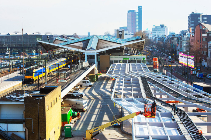Tilburg; overkapping ; busstation; zuidkant; Spoorlaan; bussen; vervoer; verkeer; busstation; station; centraal station; Een inmense overkappig vordert