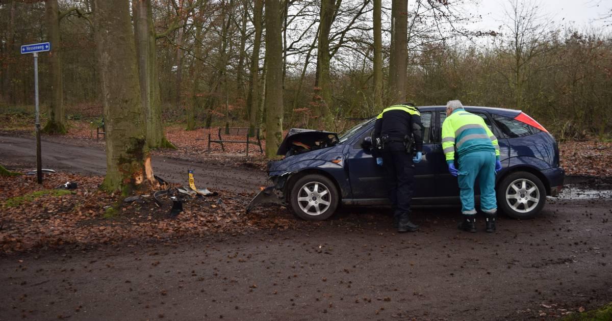 Automobilist gewond bij botsing tegen boom in buitengebied van Hummelo.