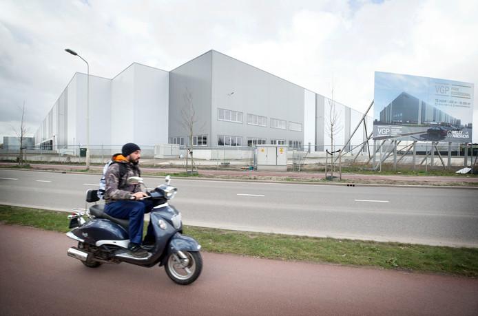 Een van de nieuwe distributiecentra op het Roosendaalse industrieterrein Borchwerf. Roosendaal wordt ook wel Dozendaal genoemd door de vele vierkante meters aan logistieke 'dozen'.