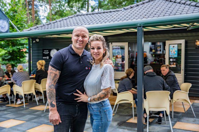 Samen met zijn vriendin  Mèlanie Weber  opende volkszanger Frank van Etten deze zomer Frietje van Etten in Harderwijk. Op last van de gemeente is de snackbar vorige week gesloten.