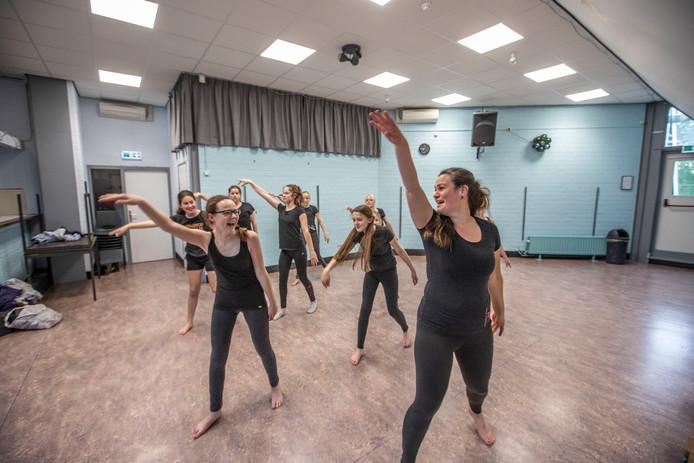 Een training van Dansgroep Butterfly. In het weekeinde van 22 en 23 juni geeft de groep optredens in De Schalm in Veldhoven om het veertigjarig bestaan te vieren.