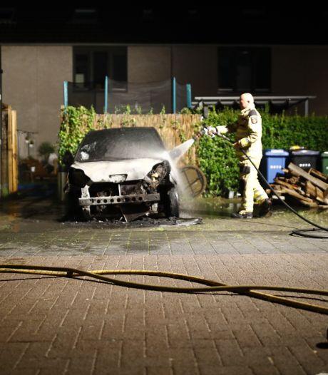 Politie ziet voorlopig geen verband  dubbele autobrand in Stadshagen Zwolle