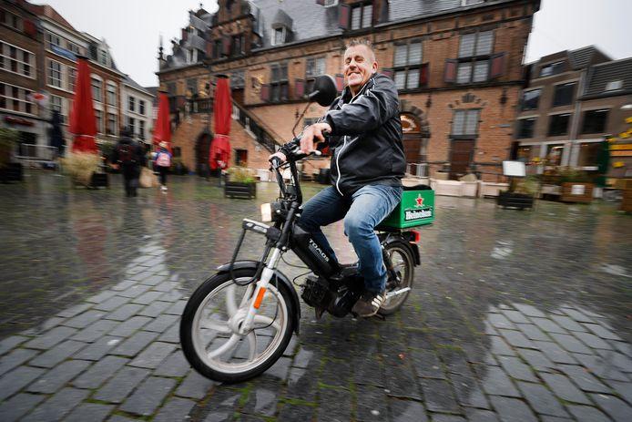 Loetje Janssen uit de Kolping op zijn brommer op de Grote Markt.