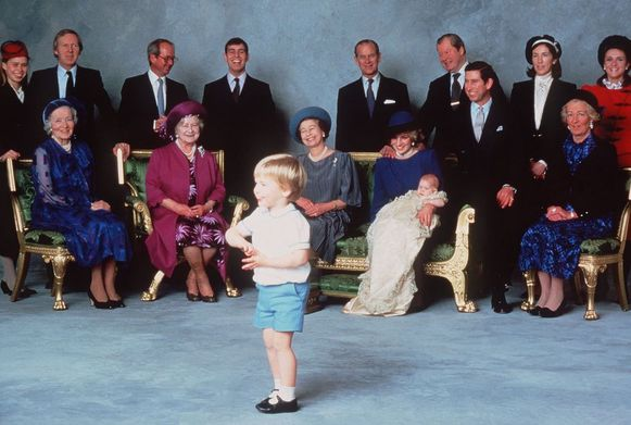 Prins William steelt de show op het doopsel van Harry.