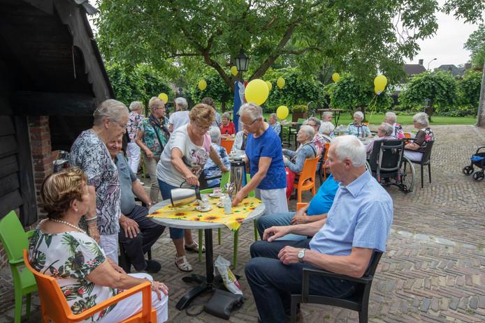In de tuin van het Trapjeshuys was woensdagmiddag het feest van de Zonnebloem, afdeling Zeelst.