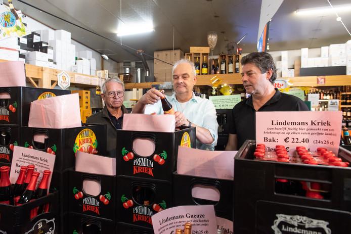 Rick Vermeulen (r), eigenaar van de Bierschuur in Poppel geeft advies aan klanten Peter Denissen (l) uit Goirle en Bert van Rooij uit Tilburg.