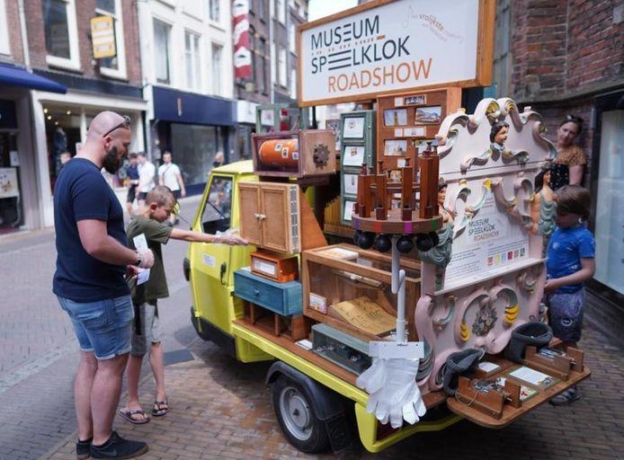 Het knalgele autootje vol museale schatten, waarmee Museum Speelklok deze zomer op straat te zien is in Utrecht.