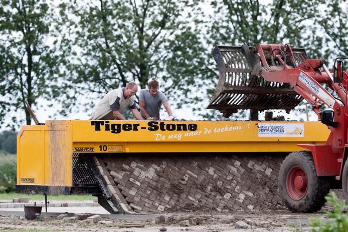 De Tiger-Stone stratenmaakrobot aan het werk, een innovatie van het bedrijf  Vanku Machinebouw uit het Brabantse Gilze-Rijen.