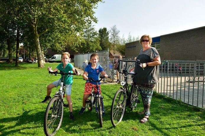 Diana Lageweg bij de Goede Herderschool in Bodegraven met haar tweeling van zeven. Ze zijn vandaag op de fiets gekomen.