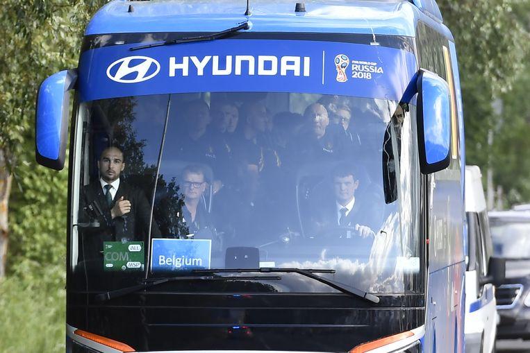 De bondscoach en zijn mannen stapten meteen op hun gepersonaliseerde ploegbus bij aankomst op de luchthaven.