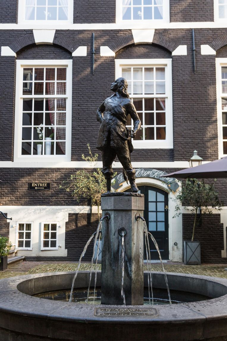 Op de binnenplaats van het West-Indisch Huis prijkt Peter Stuyvesant op de fontein Beeld Tammy van Nerum