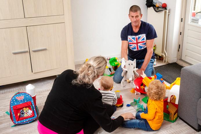 Joyce en Ben Wijlhuizen vinden het fijn met hun twee pleegkinderen te spelen. Foto: Gerard Burgers.