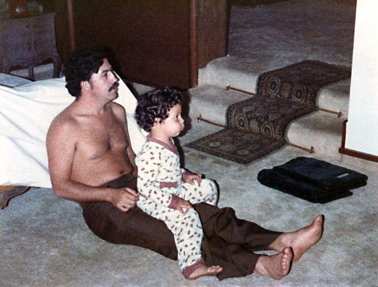 Pablo Escobar en zijn zoontje Sebastian Marroquin in 1970. Beeld null