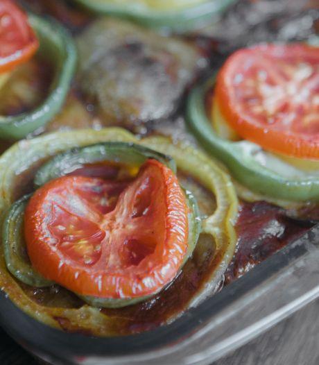 Bij deze ovenschotel met aubergine past rode wijn met syrah erin heel goed