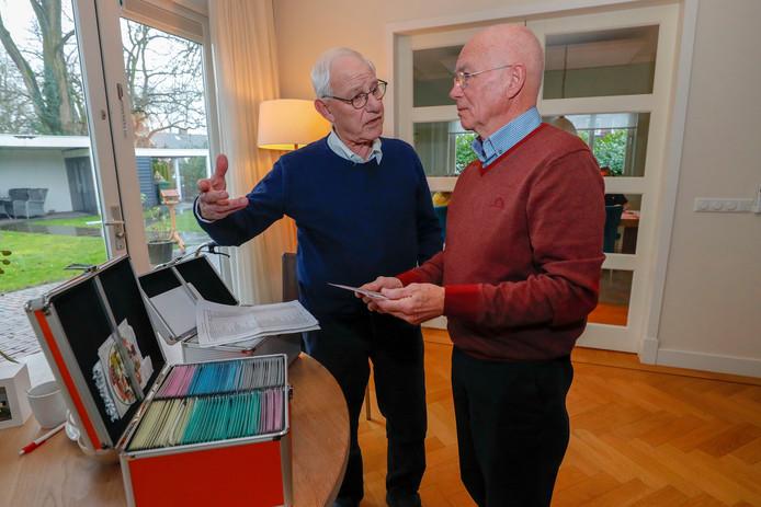 Wim Ooijen (l) draagt zijn Rooise historie over aan voorzitter Cor van Laarhoven van Heemkundige kring De Oude Vrijheid.