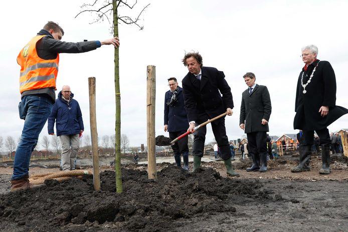 De Nederlandse minister van Buitenlandse Zaken Bert Koenders en de ambassadeur van Australie Brett Mason planten bomen voor het herinneringsbos.