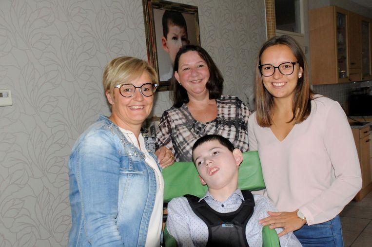 Sandra, mama Corinna en Laura samen met Thomas.