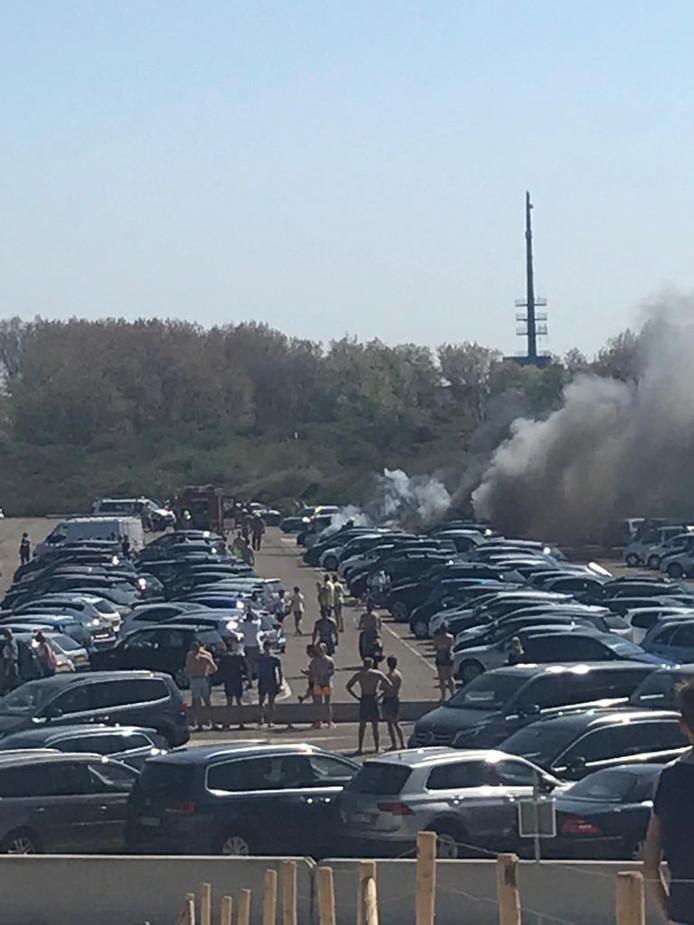 Veel badgasten spoedden zich naar de parkeerplaats toen ze rook vanachter de duinen zagen opstijgen.