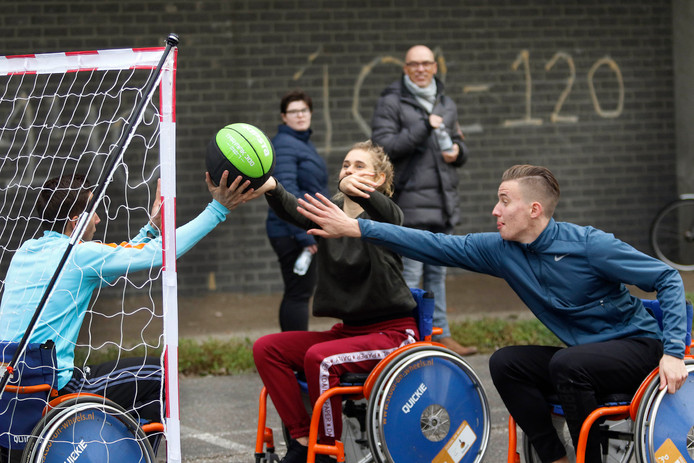 Leerlingen van Johan Cruyff College verdiepen zich in de gehandicaptensport , dus als valide sporters gingen ze in praktijk ervaren hoe sporten met een beperking voelt zoals met rolstoel handbal. foto : gerard van offeren