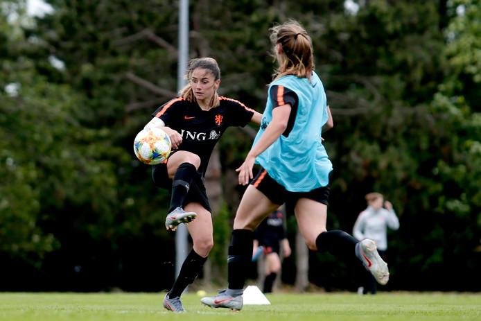 Daniëlle van de Donk tijdens de training van Oranje.