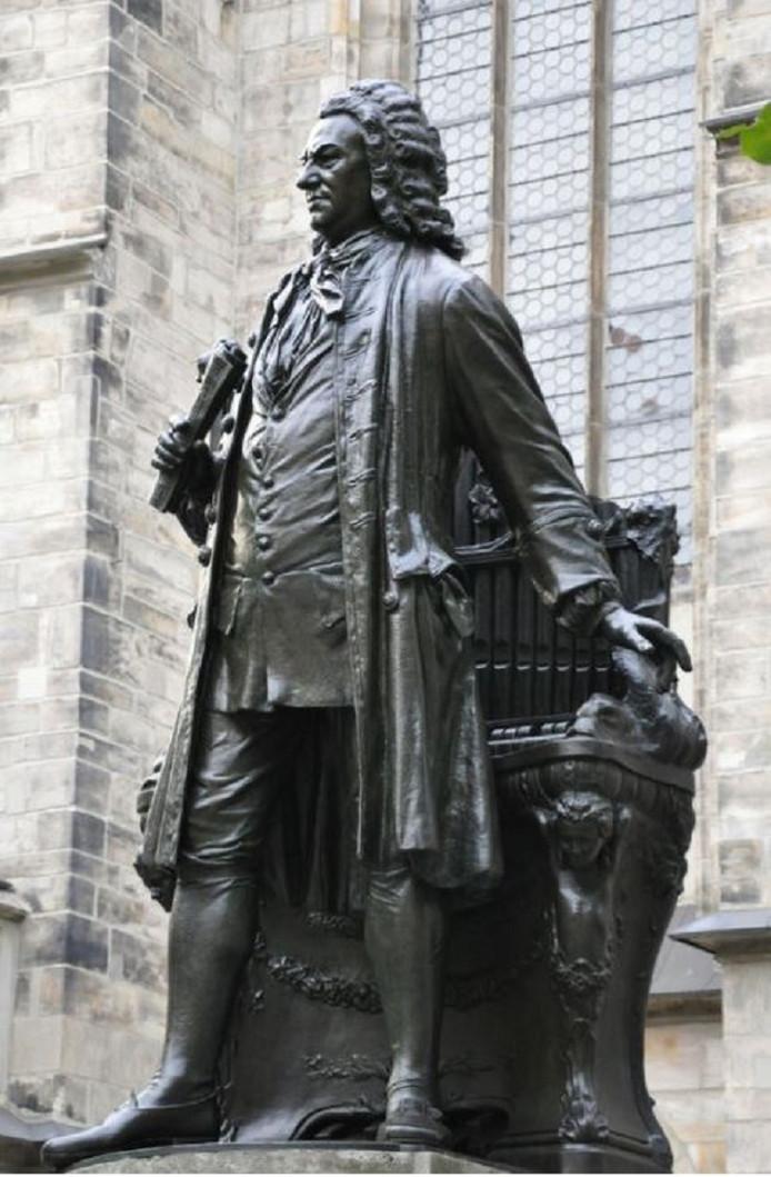 Het standbeeld van Johann Sebastian Bach voor de Thomaskerk in Leipzig waar hij kapelmeester was.