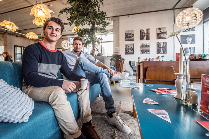 De Popupstore bij In de Hovenpassage -   Ivo Bax (zwart haar) en Vincent Karremans