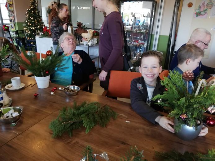 Samen kerststukjes maken in De Meent.