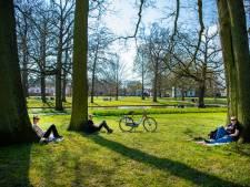 Lente in het Apeldoornse Oranjepark: chillen mag … in kleine groep op minstens 1,5 meter afstand