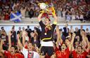 Iker Casillas tilt de Henri Delaunay-beker omhoog na het winnen van het EK 2008.