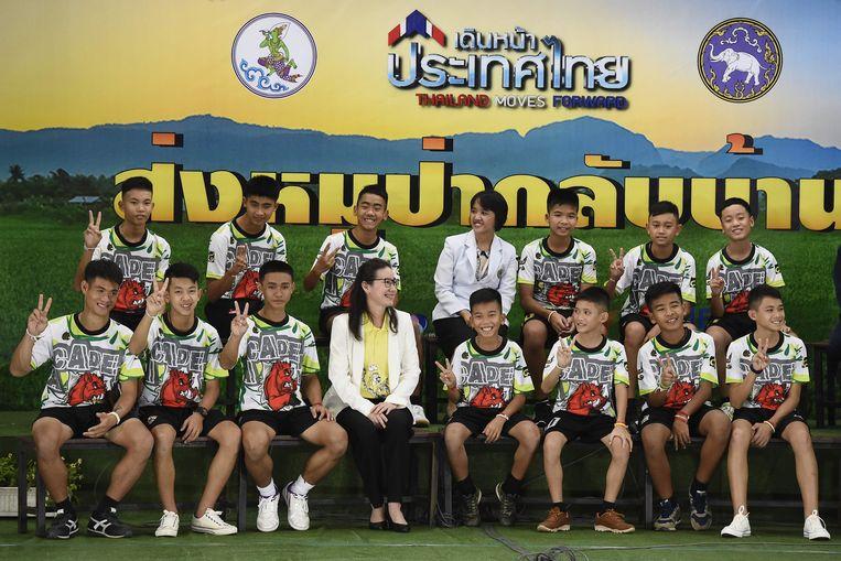 Het jonge voetbalteam tijdens een persconferentie.