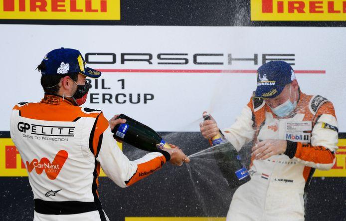 Larry ten Voorde (rechts) in een champagnedouche met zijn teamgenoot Max van Splunteren. Ten Voorde werd eerste op Silverstone, Van Splunteren tweede.