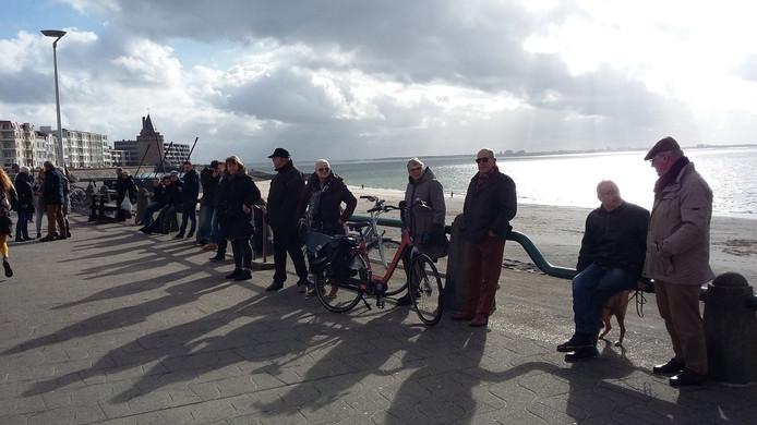 Steeds meer mensen verzamelen zich voor het Maritiem en Logistiek College De Ruyter waar koning Willem-Alexander aankomt.