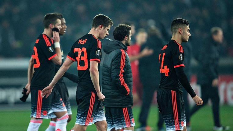 Spelers van Manchester United verlaten het veld na de nederlaag tegen het Deense FC Midtjylland. Beeld epa