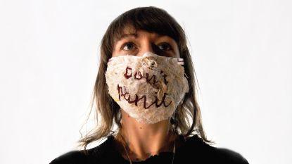 Naar Amerika uitgeweken kunstenares maakt controversieel 'Don't panic'-mondmasker