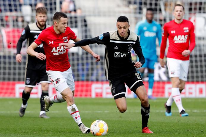 Oussama Idrissi van AZ in duel met Noussair Mazraoui van Ajax.