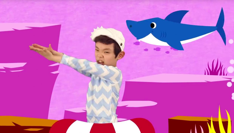 In het YouTube-clipje danst een jongetje op het Koreaanse nummer 'Baby Shark'. Beeld Swa Van Damme